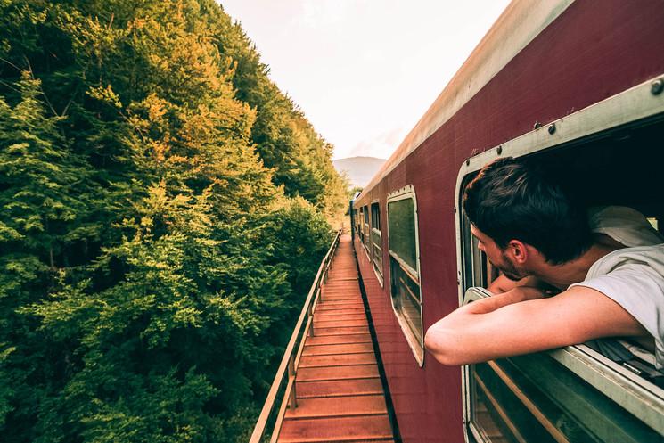 homme qui prend le train pour voyager