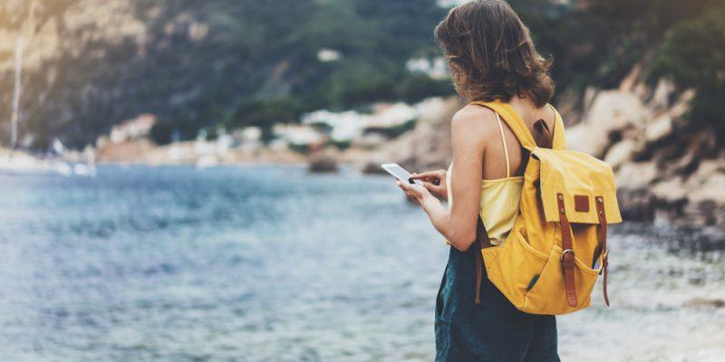 femme en sac sur la plage avec traducteur de poche